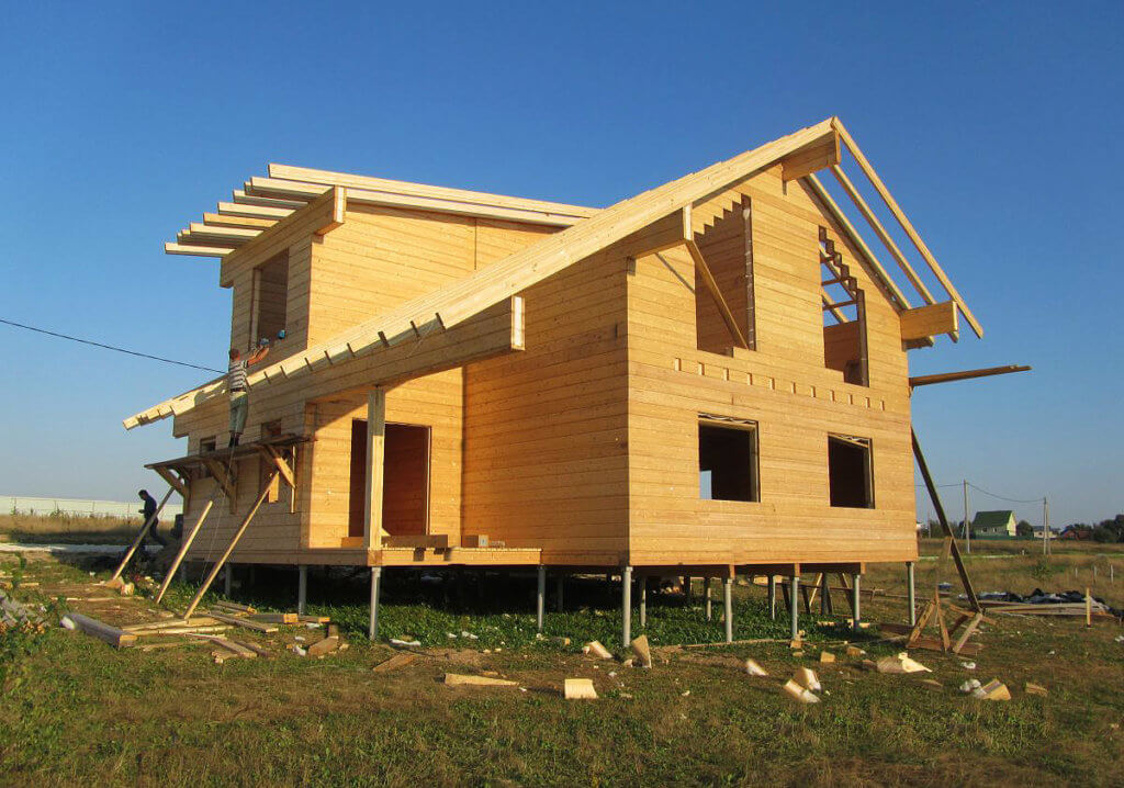 Дом из бруса на сваях