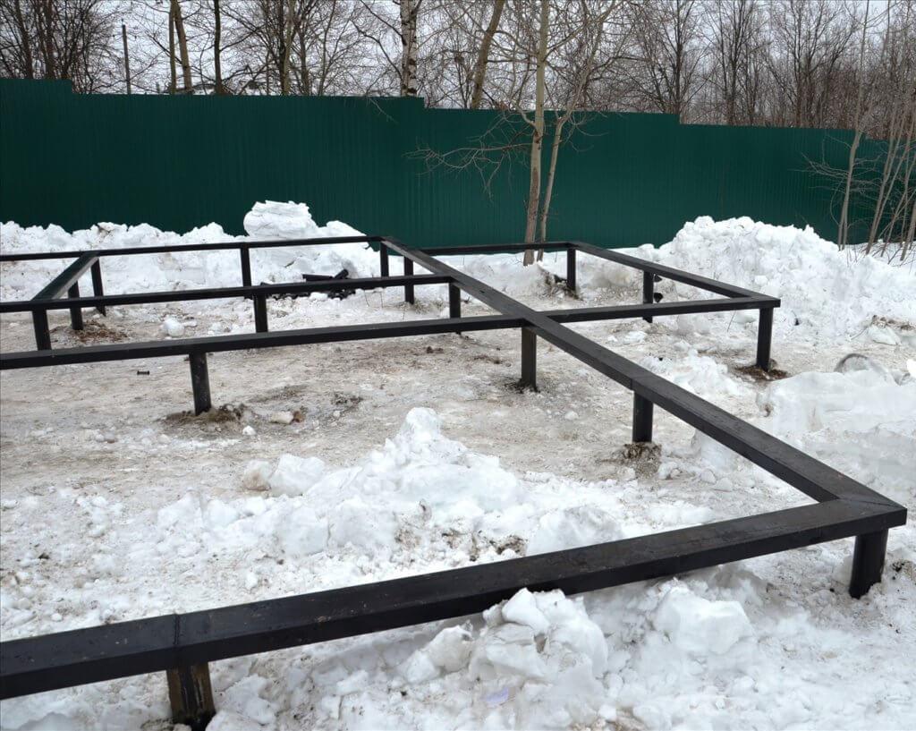 Фундамент на сваях установлен зимой